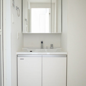 こちらも鏡が大きくて、身支度にいいですね。(※写真は12階の同間取り別部屋のものです)
