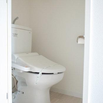 トイレのスペースはコンパクトです。(※写真は12階の同間取り別部屋のものです)