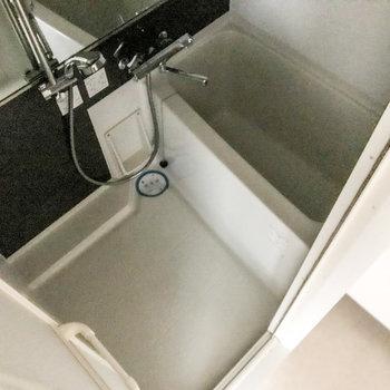 お風呂はちょっと狭めですが大きな鏡や浴室乾燥機などの充実っぷり。(※写真は12階の同間取り別部屋のものです)