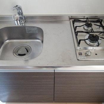 2口コンロがうれしい!調理スペースが足りない時はシンクや調理台を。(※写真は12階の同間取り別部屋のものです)