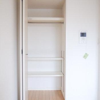 クローゼットは肩幅ほどの奥行き。下の棚は動かせます。(※写真は12階の同間取り別部屋のものです)