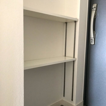 もうひとつ収納棚が。こちらは奥行きが浅いので小物おきがいいかな?(※写真は12階の同間取り別部屋のものです)