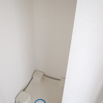 洗面台の右となりが洗濯パンです。(※写真は12階の同間取り別部屋のものです)
