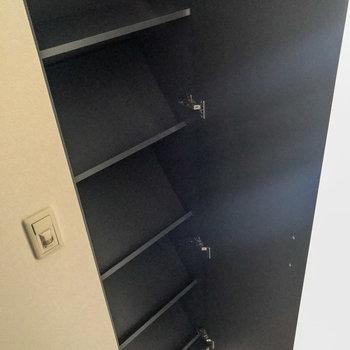 こちらのシューズボックスは斜めに置くタイプです。(※写真は12階の同間取り別部屋のものです)