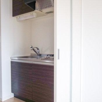 キッチンはスライドドアを開けてすぐ。向かいに冷蔵庫を置けます。(※写真は12階の同間取り別部屋のものです)