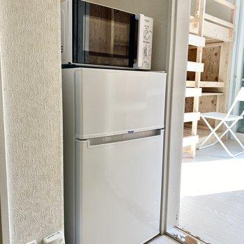冷蔵庫と電子レンジ。ぴったりおさまってますね。