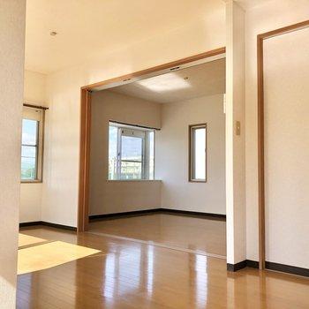 【LDK】白の壁と床の木の相性が良い!お次は洋室へ。