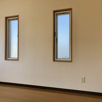 【洋室】小窓が2つも。ちょっとの換気に良いですね。