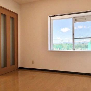 【洋室】このお部屋は寝室に!窓際にインテリアも置けます。