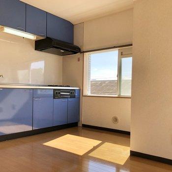 ブルーのキッチンが映えますね。