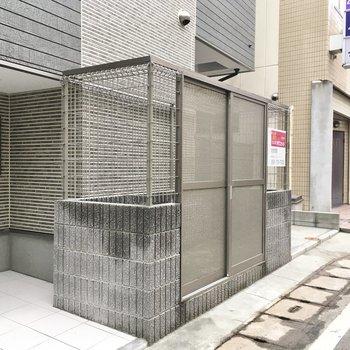ゴミ置き場もアパート前にあります。