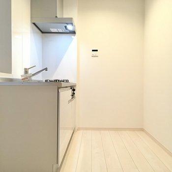 キッチン後ろもしっかりスペース。冷蔵庫も大きなサイズをチョイス。