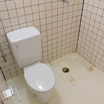 向かいにトイレと洗濯機置場。ウォシュレットは持ち込みで取り付けられます。(※写真は清掃前のものです)