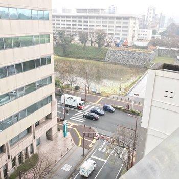 見下ろすと…なんと、舞鶴公園がすぐそこに!