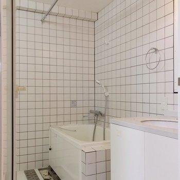 隣に浴槽。シャワーカーテンを取り付けよう。(※写真は清掃前のものです)