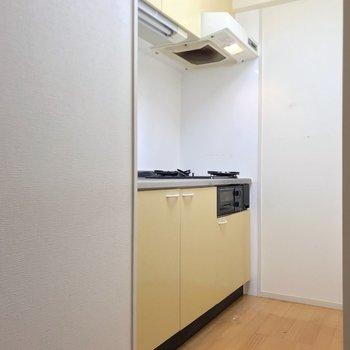 手前に冷蔵庫置場があります。(※写真は清掃前のものです)