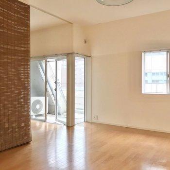 洋室のほうにはL字に広がった窓。開放感があります。(※写真は清掃前のものです)