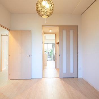【洋室(2)】LDKとの間にはウォークインクローゼットが。※家具・調度品はサンプルです