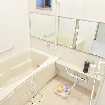 浴槽は大きく窓もあって閉塞感がありません。※家具・調度品はサンプルです