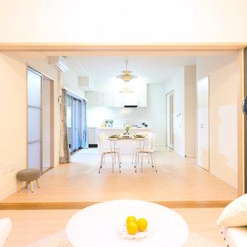洋室との引き戸を開けるとより空間を広く使うことができます。※家具・調度品はサンプルです