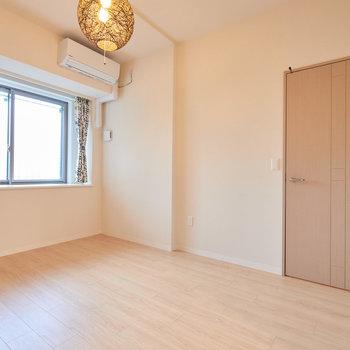 【洋室(2)】つづいてもう一つのお部屋。こちらも窓が出窓のようになっています。※家具・調度品はサンプルです