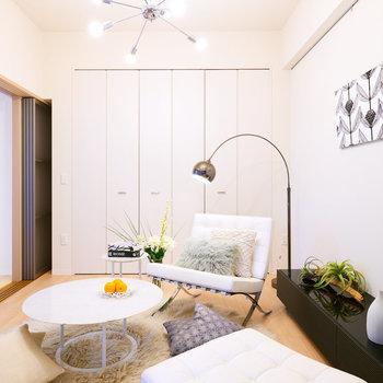 【洋室(1)】フリースペースとつながっている洋室です。※家具・調度品はサンプルです