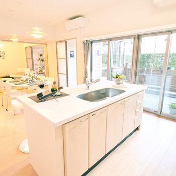 【LDK】105㎡とかなりビッグなお部屋。Ⅱ型キッチンのあるLDKは15.8畳です!※家具・調度品はサンプルです