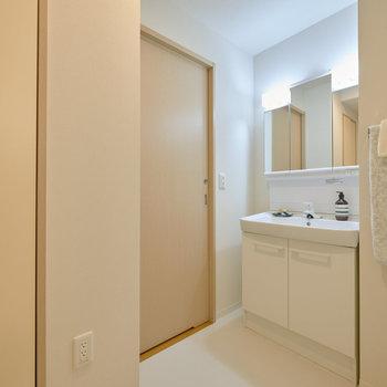 続いて水回り。洗面台は鏡が大きいのが嬉しいですね。※家具・調度品はサンプルです
