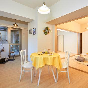 【フリースペース】気になるフリースペース。9.6畳の明るい空間で、すぐテラスにも出られるようになっています。※家具・調度品はサンプルです
