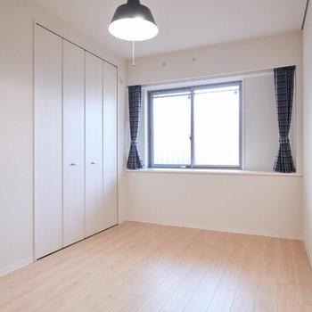 【洋室(3)】こちらは玄関入って左側のお部屋。ちょっとした出窓のようになっていて、植物などが飾れます。※家具・調度品はサンプルです