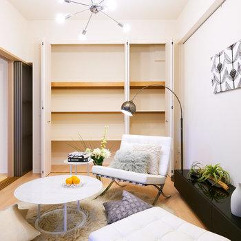 【洋室(1)】たっぷり収納があります。※家具・調度品はサンプルです