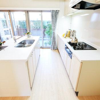 【LDK】ガス3口にグリル付きのキッチン。カウンターが広く料理しやすそう。※家具・調度品はサンプルです
