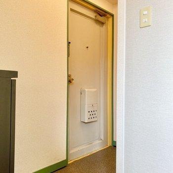 玄関。奥に姿見を置けそうなスペースが。