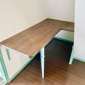 キッチン背後には食材などをぱっと置けますね。下部は扉付き収納になります。
