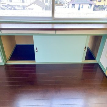 キッチンの向かい側。窓と収納が一体に。