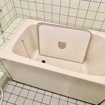 浴槽。このタイプの風呂蓋は掃除がしやすいですね。