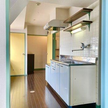 キッチン。シンプルな構成とシェルフが可愛いですね。
