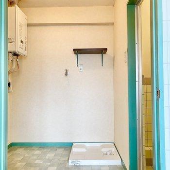 脱衣所。タイル風味の床がキュートです。