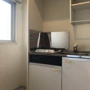 窓からの陽当たりで明るいキッチン+サニタリールーム