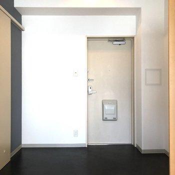 玄関というよりも土間と呼べる広々スペース