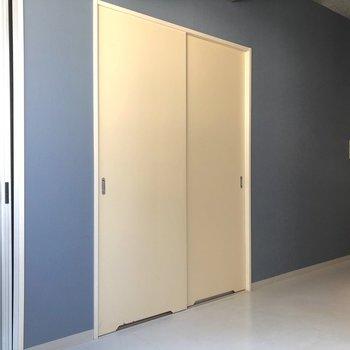 爽やかなブルーのクロスとホワイトのドアのコントラストが◎