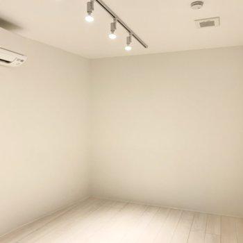 とても静かで美しい白い空間です。