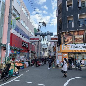 下北沢駅周辺にはスーパーなど普段のお店もあります。
