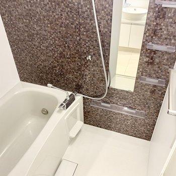 追い焚き付きのお風呂。パネルの柄に癒やされます。