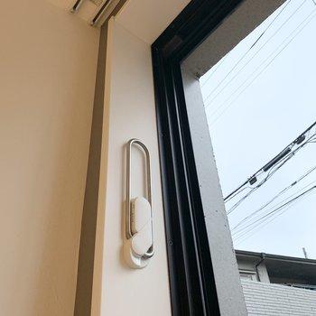 窓際に折りたたみのフックがありますよ。