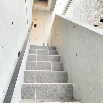 4階まで、この階段をのぼって。