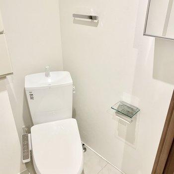 ななめになったトイレ。収納付きの鏡がうれしいですね。