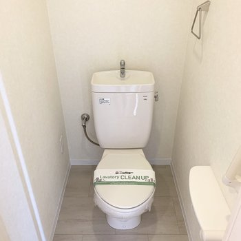 おトイレはコンセントがあるのでウォシュレットの後付けも可能です。上部には吊り戸棚も◎