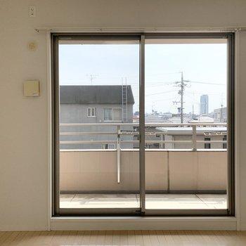 【洋5.7】洋室も南向きでたっぷりお日さまが入ります。