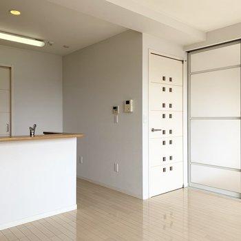 白い内装とたっぷりのお日さまの明るいお部屋です。